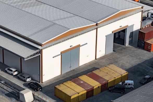 Plechová střecha skladu