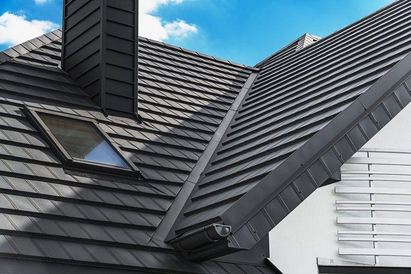 Je plechová střecha při větru hlučná?